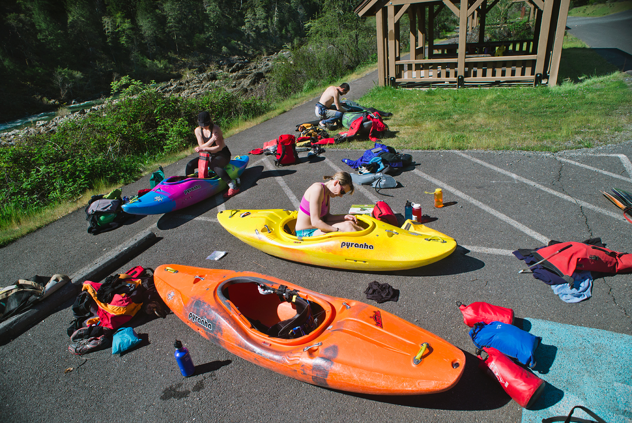 packing-the-kayaks